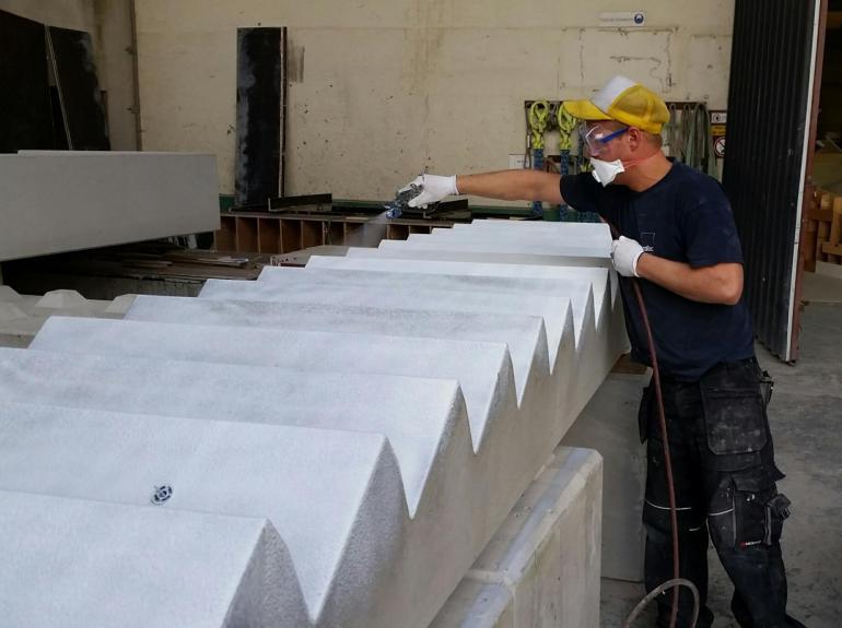 bescherm betonoppervlakken met spuitfolie